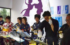 駅舎で行われたハンドベルのミニコンサート