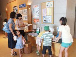 烏丸半島にある「琵琶湖博物館」、「水生植物公園みずの森」、「道の駅草津グリーンプラザからすま」に設置されている