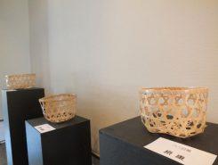 八幡酒蔵工房で行われた「竹編み講師養成講座」受講生の作品 均等な竹ひごを作るのが一番難しいそう 第2期が9月より開講されるので興味のある方はお問い合わせを