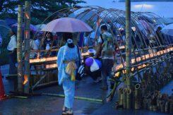 雨の中、多くの人が会場へと向かう