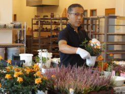 講師の吉田さんが、植える花の説明をされている