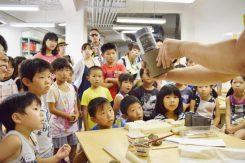 作り方の説明を熱心に聞く子供たち