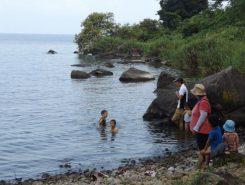 子どもたちはあっという間に水の中へ
