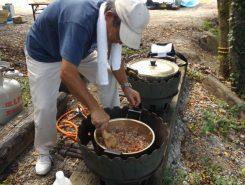 作っているカレーにはニンニク、トマト、お肉もたっぷり!おいしいこと間違いなし!