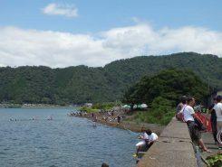 琵琶湖で水遊びを楽しむ姿も多く見られた