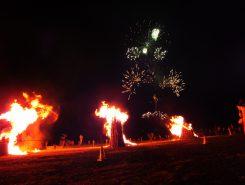 燃え上がる松明と花火
