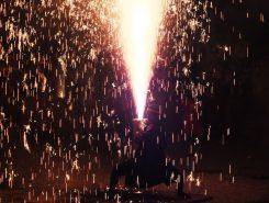 一気に持ち上げる!火の粉を舞いあげ高く上がる花火