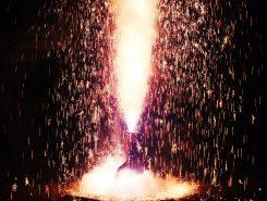 去る7月7日に矢川神社七夕まつりで行われた手筒花火の様子。他にも松明や灯篭などさまざまな灯火が甲賀の地を照らす