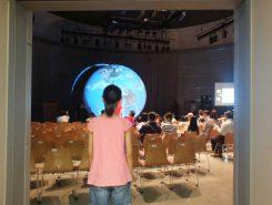 メッセホールを開けると大きな地球儀がお迎え