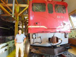 ED70形交流電気機関車と長浜鉄道スクエア名誉館長の米山淳一さん