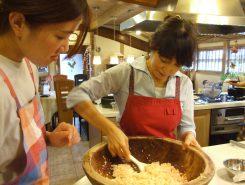 酢飯にほぐした鮭を合わせて、さっくりと混ぜ合わせていく
