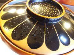 会席料理ではよく塗椀に霧吹きで水がかけられていますが・・・、この意味、ご存じ?お椀は蓋をあけた瞬間の香りが命ゆえ、「あなたの前には誰もお椀に触れていません」「水滴が乾かないくらいの出来たてをお持ちしました」という料理人の心意気が込められている