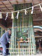 手作りの竹篭の中には御神酒などが供えられている