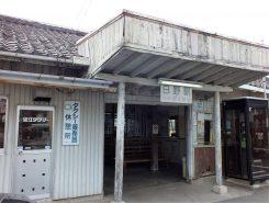 張り出した屋根とエンタシス様式の柱が特徴