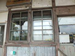 時の流れを感じる窓枠