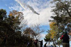 秋晴れの青空に煙が上がり北ノ庄組へリレーした
