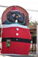 駅前の大狸もサンタに変身!実はこれは電話ボックス