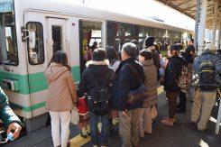 大勢の家族連れがサンタ列車を待っていた