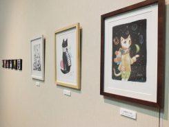 星空を旅する猫など幻想的なイラストが並ぶ