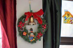 リースも飾ってある。カーテンの色もクリスマスカラーに