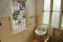 シャワーやステンドグラスなど、洋風のバスルームも完備