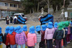 近所の保育園からも獅子舞の見学に訪れていた
