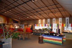 お雛様は主に三徳苑のホールに展示されている