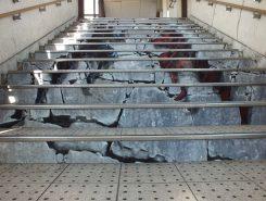 石垣を上る忍者のトリックアート(貴生川駅北口階段)
