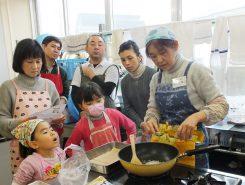和風クランチチョコの講師は、ベター・アンド・ベター代表の相田雅子さん。「地球とからだにやさしい生活」をめざして無農薬野菜や菓子、パン、雑貨などを作っている