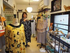 正川美恵子さんが作る洋服。着やすいデザインが好評