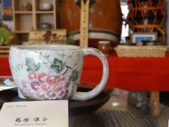 信楽焼のカップでいただくコーヒーは絶品(奥には水口ばやしの太鼓が見える)