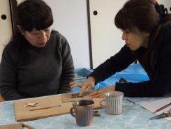 「指で形を整えて」と信楽焼窯元「炎の味がま」の松尾さんが指導してくれる