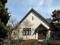 シンプルな教会の外観は古い城下町になじんでいる