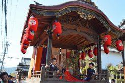 行列の最後に曳山が続く。日本画家「野村文挙」の襖絵が飾られた樫木で出来た全て木造の山車