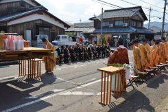 神社前の大通りは元々は馬場だったそう。鳥居から200mほど先の御旅所まで渡御がある。また神輿を神社方向へ回転させ神事が行われる