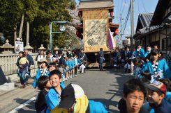 神事が終わると曳山から順番に戻ってくる。小さな子どもも曳山を引けるのは珍しい祭りの特徴だ