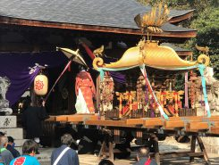 拝殿前で神輿から本殿へ神様をお返しする「環御の儀式」