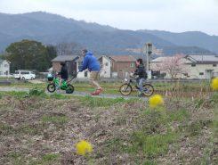 対岸の風景、春を遊ぶ親子