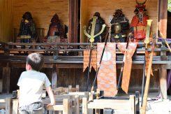 拝殿横には普段見る事の出来ない鎧兜も公開されている