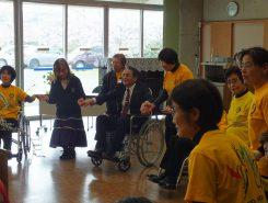 副市長も車椅子に乗って車椅子レクダンスを体験