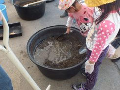 腐葉土や肥料に水を入れて混ぜこねる(約10分~15分間)この作業がかなりの力仕事!