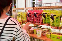 ショーングッズの販売ブースも大人気。小物や絵本、ぬいぐるみなど種類も豊富