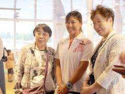 伊勢田愛さん(写真中央)と一緒に記念撮影する参加者