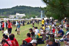 湖岸沿いには観客や応援団であふれていた
