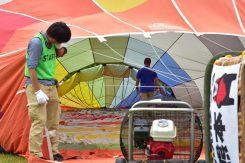 膨らんでいく気球の内部。なかなか見る機会のないショット!