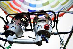 気球内の熱気を保つため、フライト中もパイロットによって微調整される