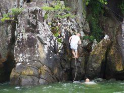 ロープ一つで崖を登る