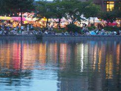 日が暮れて川岸も賑やかに