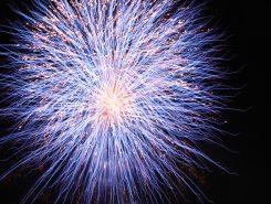 約1000発の花火に歓声が上がる