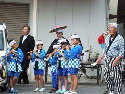 児童たちは毎年夏休みから稽古した笛や太鼓を披露